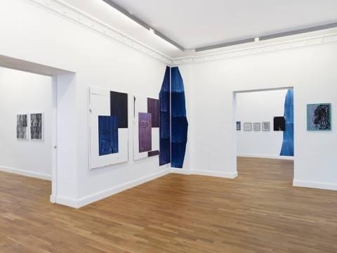 Diese Installationsansichten von der Ausstellung CHROMAINTENSITY von Anke Völk (11. Februar – 15. April 2017) und den in...